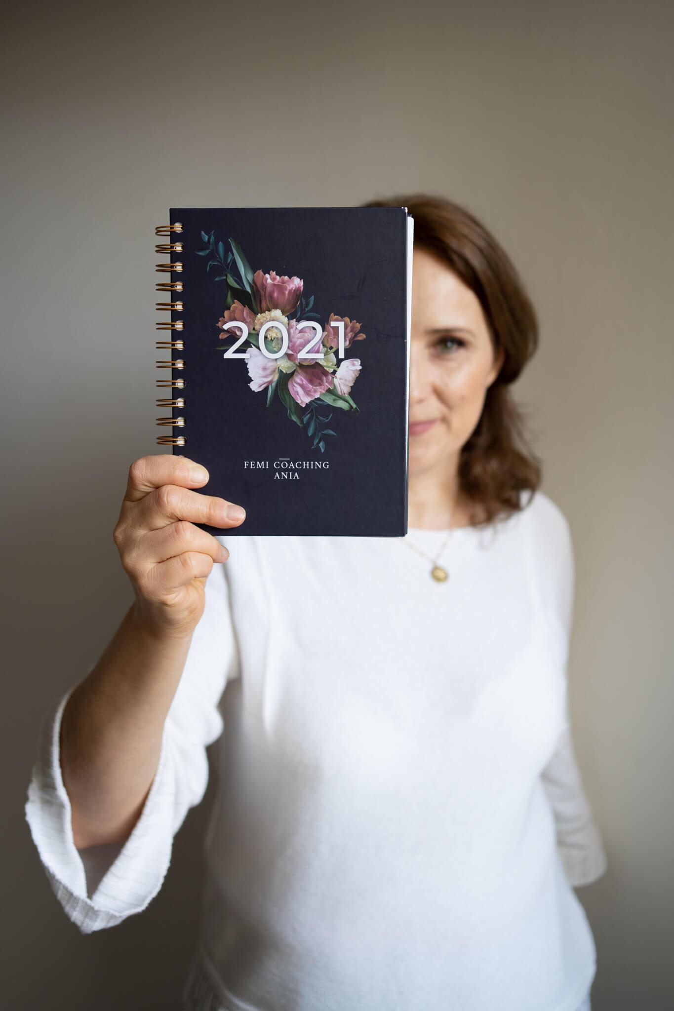 kobieta trzymająca spersonalizowany kalendarz