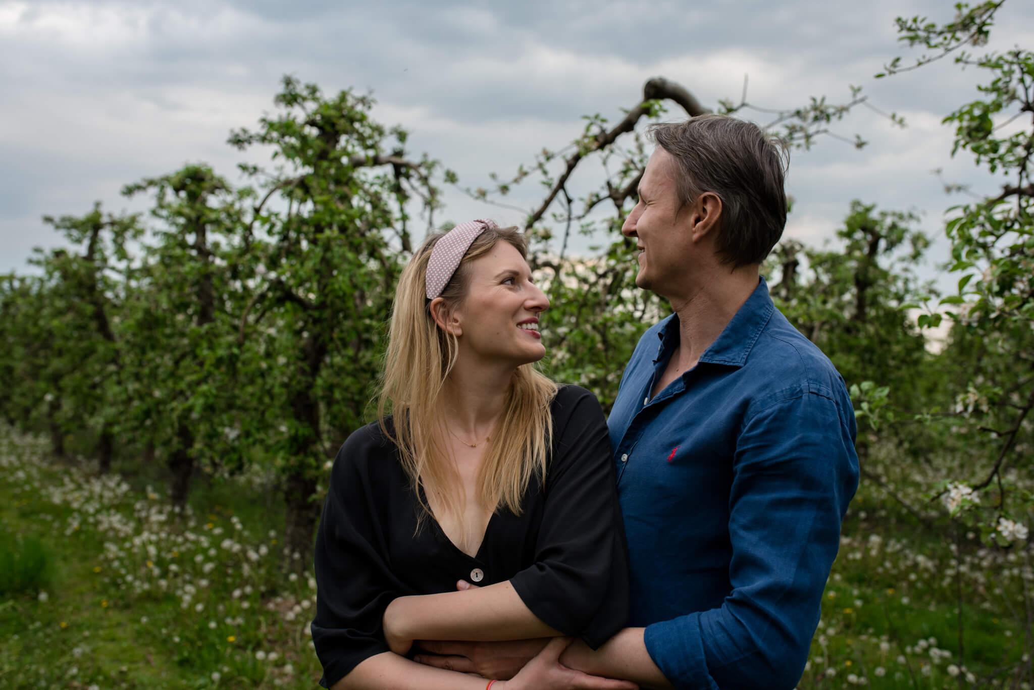 małżeństwo podczas sesji rodzinnej w sadzie