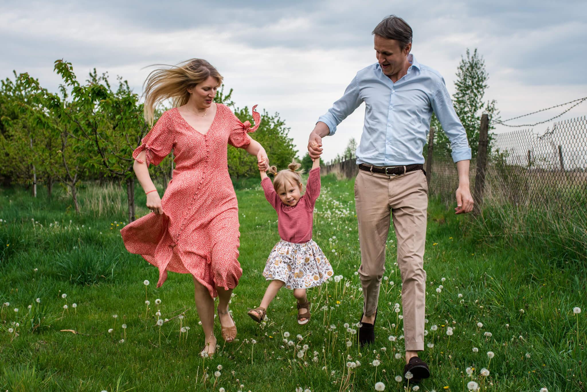 sesja rodzinna w sadzie owocowym