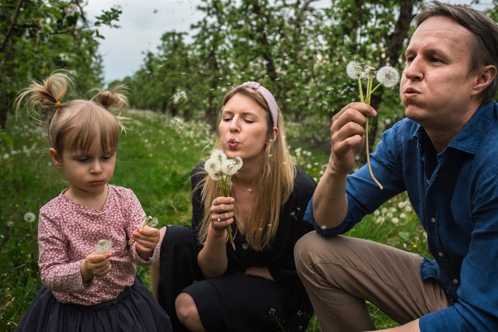 portret rodzinny podczas sesji rodzinnej w sadzie